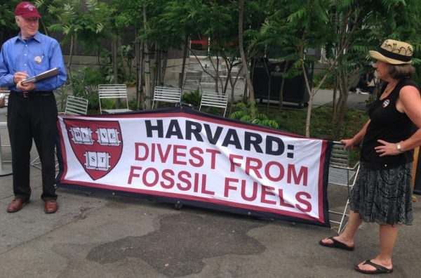 People on the Harvard campus seeking signatures for Harvard divestment from fossil fuels, May 2015. Photo: victorgrigas - Own work, CC BY-SA 3.0